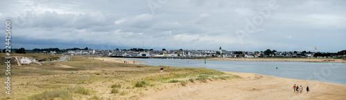 paysage panoramique sur les plages du litoral Breton avec une ville au loin - 224425600