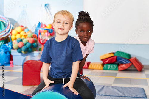 Foto Murales Junge und afrikanisches Mädchen