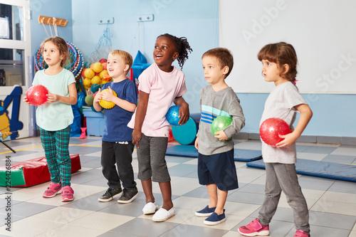 Foto Murales Gruppe Kinder in der Turnhalle
