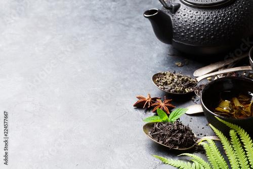Różne herbaty i czajniczek. Czarna, zielona i czerwona herbata