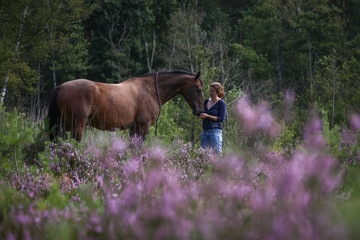 Frau mit Pferd in der Hiede © Nadine Haase