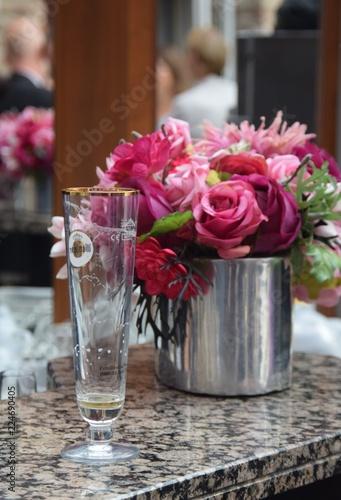 Blumenstrauß mit roten und pinken Rosen auf einem Tresen