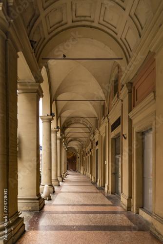 Piękna dekoracyjna arkada, portyk, w Bologna, Włochy