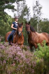 Mädchen mit Pferden in der Heide © Nadine Haase