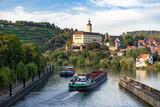 Zwei Transportschiffe auf dem Neckar kreuzen sich vor der Schleuse Gundelsheim. Im Hintergrund Weinberge und Schloss Horneck - 224771475