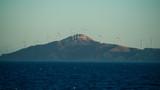Wyspa z wiatrakami w zachodzącym słońcu - 224823831