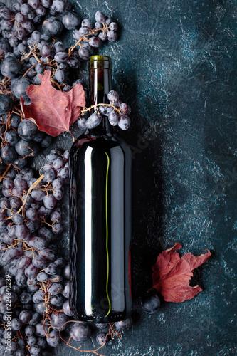 Leinwanddruck Bild Bottle of red wine and grapes.