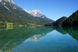 malerischer Hintersteinersee spiegelt Kaisergebirge, Tirol, Austria - 224856277