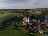 Oberbayerisches Dorf im Sommer - Luftaufnahme
