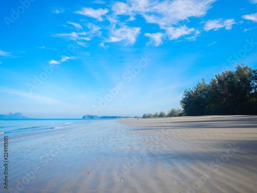 Foto Murales Deserted white sandy beach
