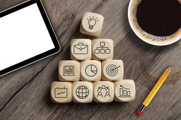 Business Würfel Geschäftserfolg Teamwork mit Kaffeetasse und Tablet © Stockwerk-Fotodesign