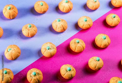 marshmallows w kształcie dyni na święta Halloween na fioletowym tle. pastelowy odcień