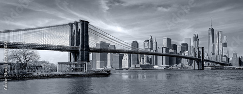 Fototapeten Brooklyn Bridge Panorama new york city at night in monochrome blue tonality
