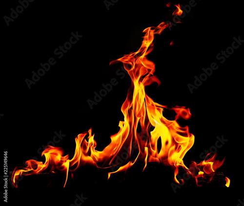 Płomień ognia na czarnym tle