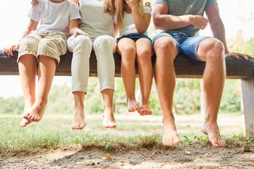 Familie und Kinder sitzen entspannt