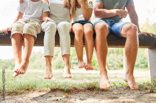 Leinwandbild Motiv Familie und Kinder sitzen entspannt