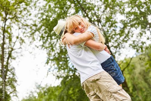 Leinwandbild Motiv Mädchen umarmt glücklich ihren Freund