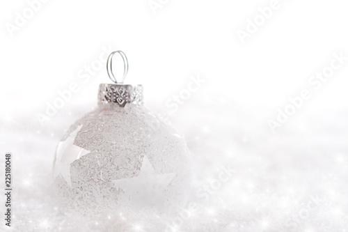 Weiße Weihnachtskugel im Schnee mit Textfreiraum