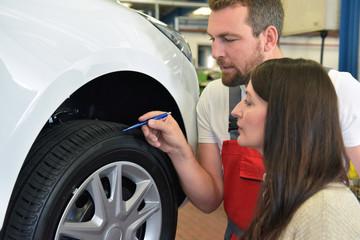 Beratung Kundin in der Autowerkstatt für Reifenwechsel // Advice customer in the car repair shop for tire change