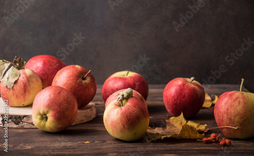 Foto Murales aromatic autumn apples on a wooden table