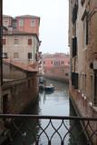 Canal de venecia en dia nublado