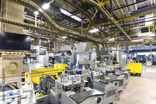 moderne Maschinen in einer Großdruckerei - Interieur in einer Industrieanlage // modern machines in a large printing plant - interior in an industrial plant