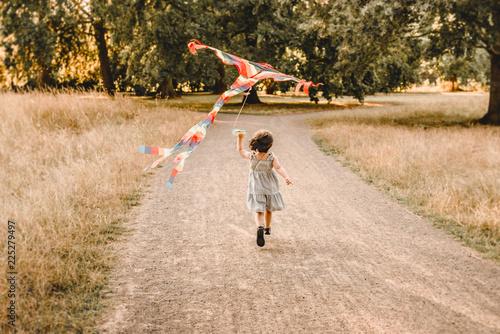 Foto Murales  kind lässt drachen im steigen