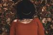 Donna con cappelli, autunno - 225293647