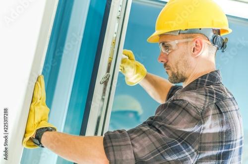 Instalacja okien przez pracownika