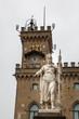 Freiheitsstatue (Statua della Libertà) und Rathaus am Platz Palazzo Pubblico in San Marino