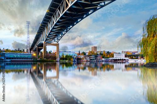Most nad Seattle River Waterway Park, Waszyngton, USA,