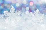 Winterliche Szene mit Schneeflocke und Fell und farbigem Hintergrund Winternacht Atmosphäre - 225474219