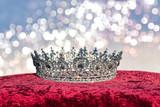 Edle Krone auf Stoff mit Glitzer Hintergrund Reichtum und Herrlichkeit - 225475404