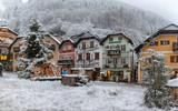 Der Dorfplatz von Hallstatt in Österreich zur Weihnachtszeit mit Schnee