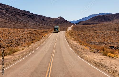 Truck auf einsamer Straße in USA