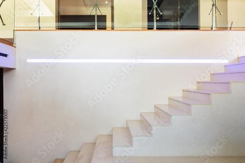 Szczegóły marmurowe schody z kolorowymi diodami led.