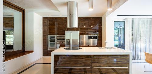 Nowoczesna kuchnia z drewna i marmuru z wyspą