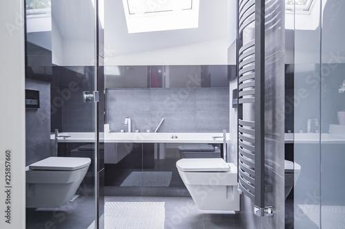 Radiator Voor Toilet : Badkamer toilet nis wit tegel grijs tegel closet handoek