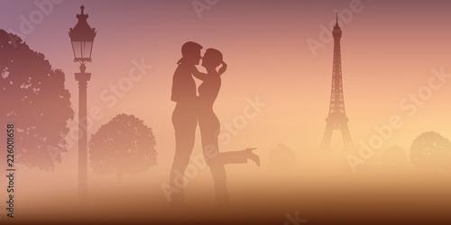 Sticker A Paris, un un couple d'amoureux au Champ de mars, s'embrassent devant la Tour Eiffel par un matin de brume