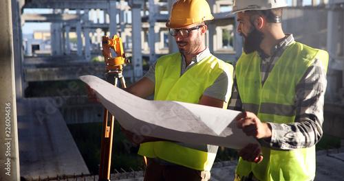 Architekt konsultuje inżyniera na budowie