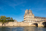 Blick auf Gebäude an der Seine in Paris, Frankreich