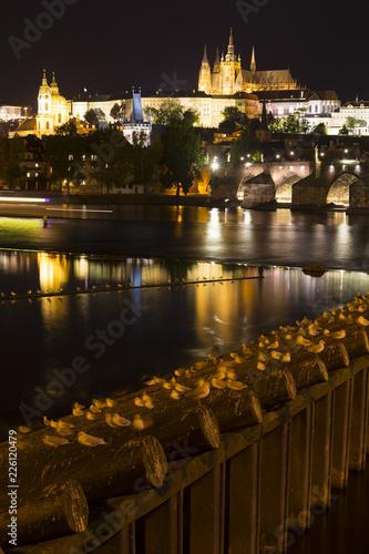Praga gotycki zamek z Mala Strana nad rzeką Wełtawą w nocy, Republika Czeska