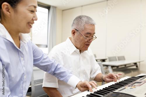 Foto Murales ピアノを楽しむ高齢の男性