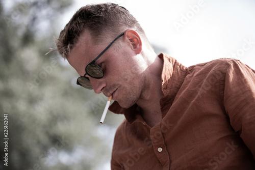 Leinwandbild Motiv Mann mit Zigarette