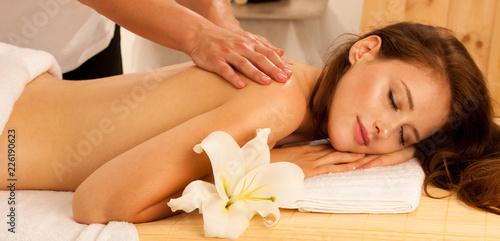 Pielęgnacja ciała. Zabieg masażu ciała. Kobieta o masaż w salonie spa