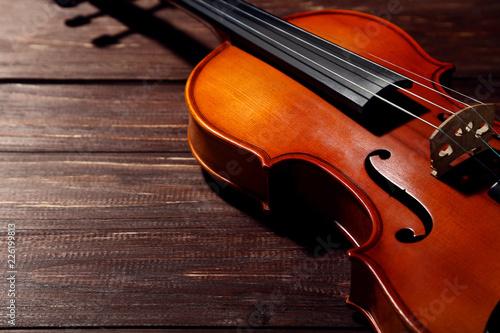 Foto Murales Violin on brown wooden table