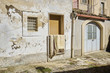 vecchia abitazione in contesto architettonico di paese
