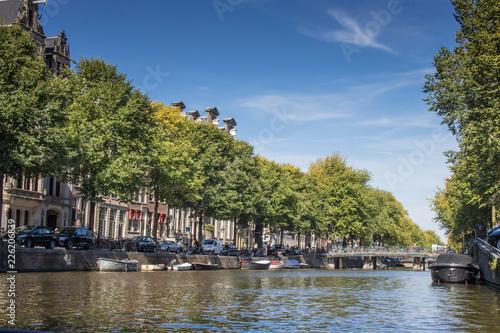 Leinwandbild Motiv Grachten-Perspektive in Amsterdam