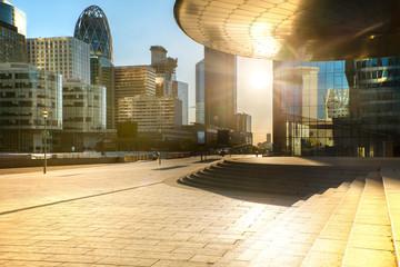Le Soleil se lève sur La Défense Paris