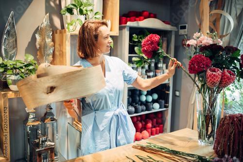 Leinwanddruck Bild Florist decorates composition with birch bark